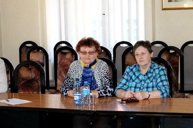 Zdjęcie dwóch kobiet przy stole
