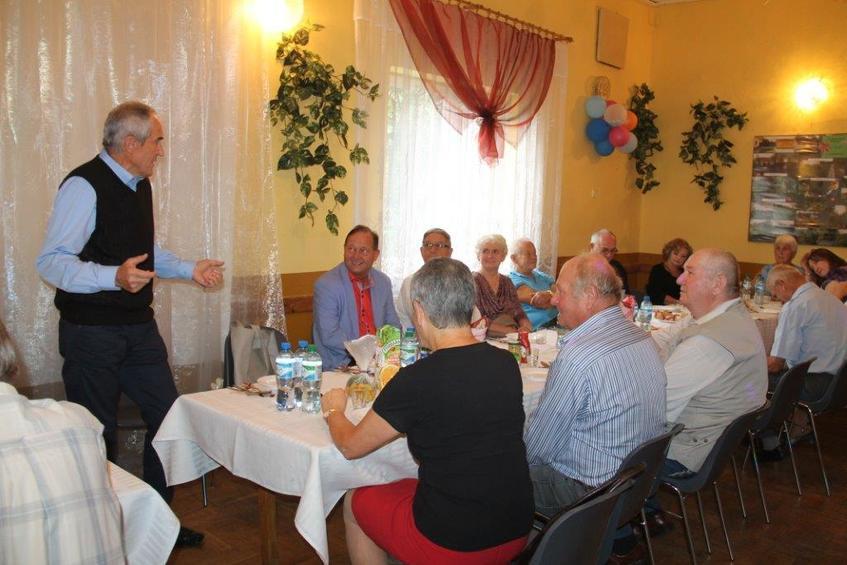Zdjęcie ze spotkania działkowców - osoby siedzące przy stole