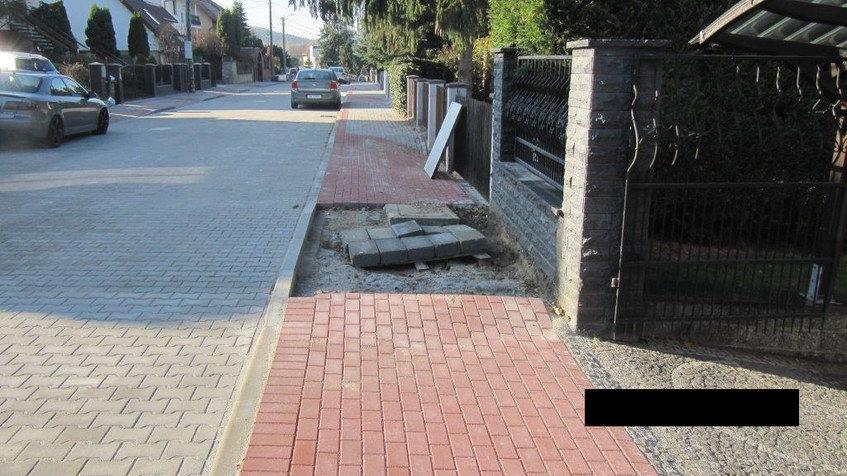 Na zdjęciu widać chodnik i kostkę chodnikową przygotowana do ułożenia