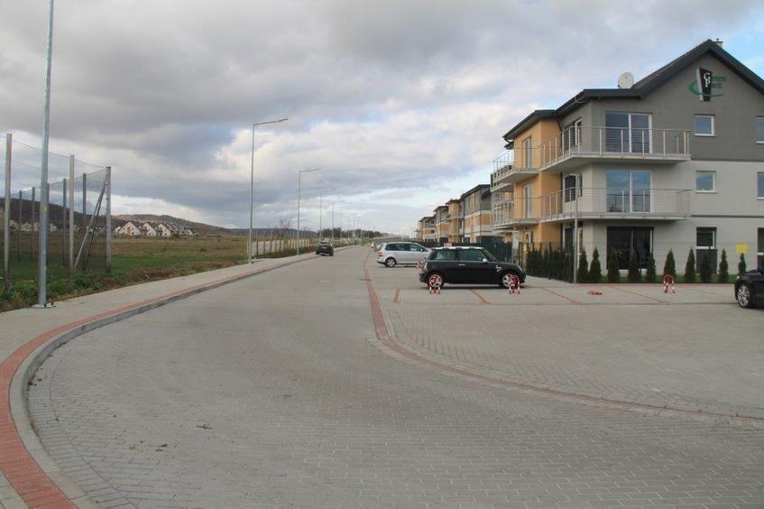 Na zdjęciu widać zakręcającą ulicę