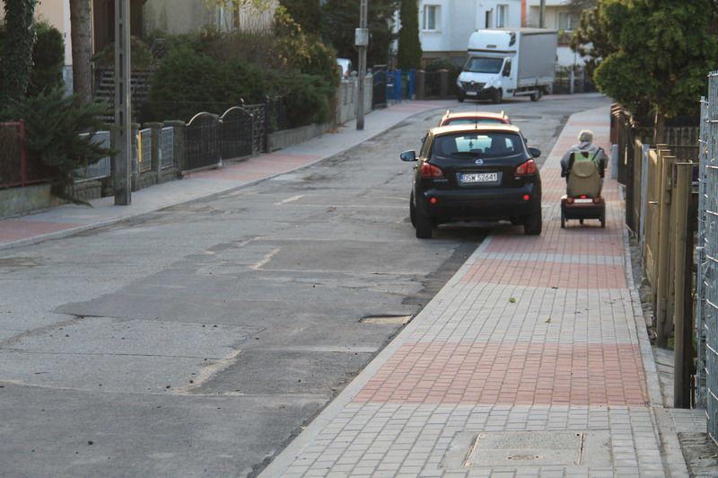 Chodnik i samochody zaparkowane