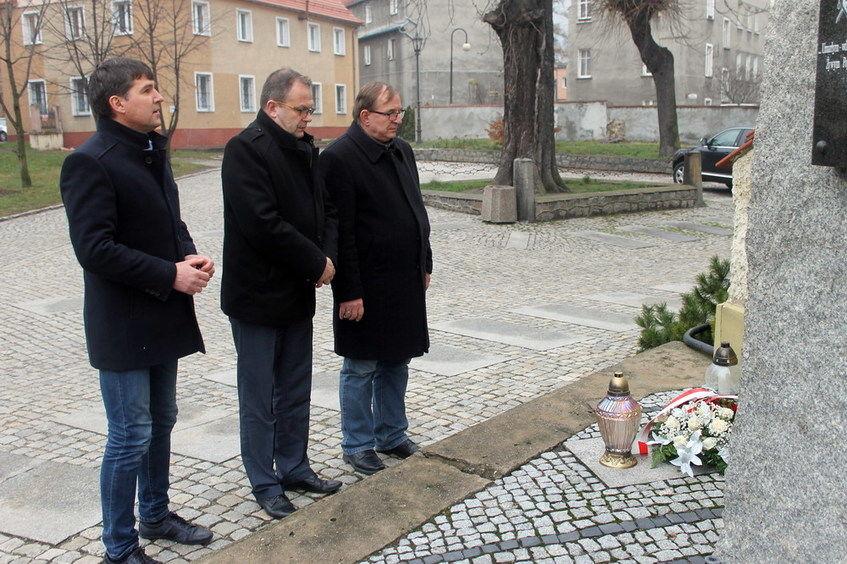 Zdjęcie przestawiające władze przed pomnikiem