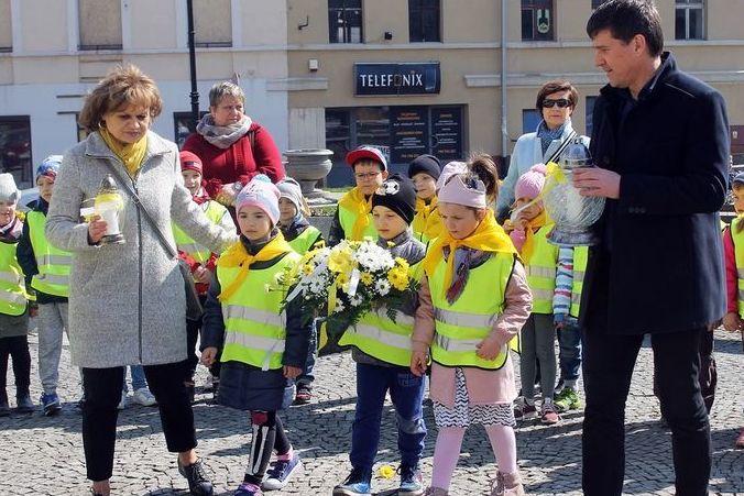 Grupa dzieci w kamizelkach odblaskowych