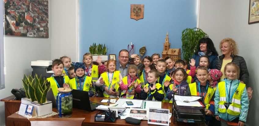 Na zdjęciu Burmistrz z przedszkolakami