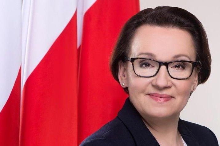 Zdjęcie Anna Zalewska na tle flagi Polski