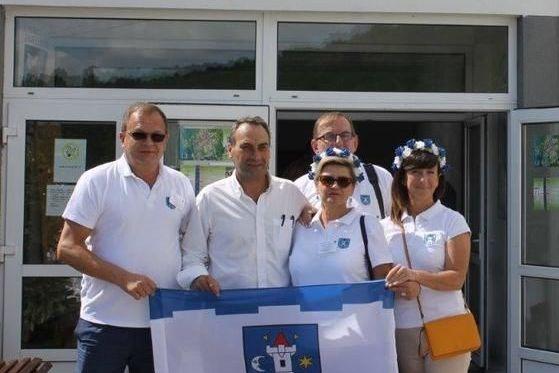 Na zajęciu delegacja z flagą Świebodzic