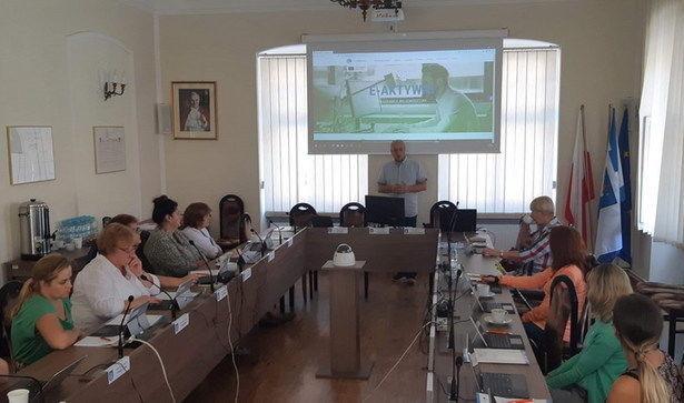 Zdjęcie uczestników szkolenia przy prezentacji