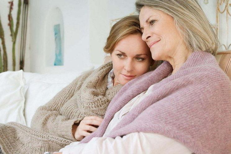 Zdjęcie kobiet przytulających się.