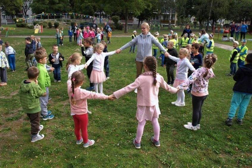 Zdjęcie dzieci podczas zabawy