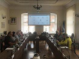 Zdjęcie ze szkolenia. Osoby uczestniczące w szkoleniu oglądające prezentacje.