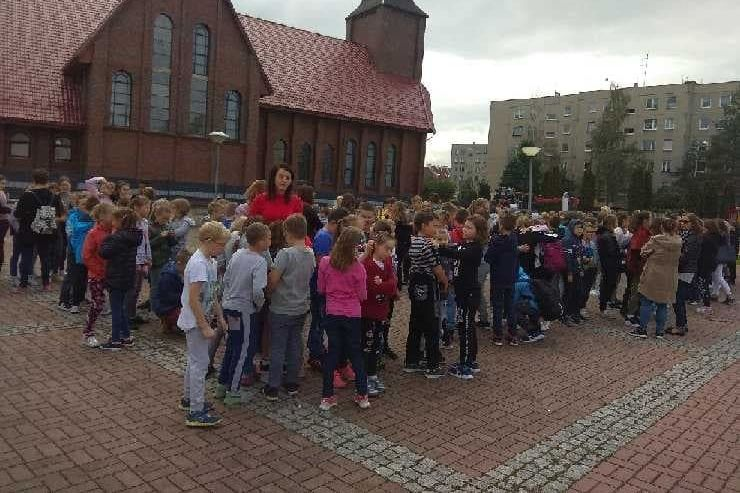Zdjęcie grupy uczniów na zbiórce ewakuacyjnej
