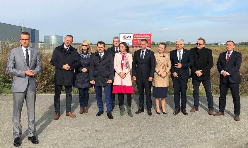 Na zdjęciu widać grupę ludzi, wśród których stoi burmistrz miasta Świebodzice.
