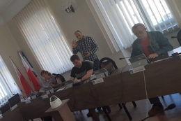 Zdjęcie ze szkolenia. Mężczyzna tłumaczący coś uczestnikom szkolenia.