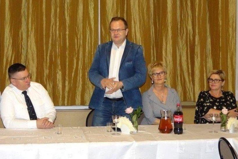 Zdjęcie burmistrza i trzech innych osób.