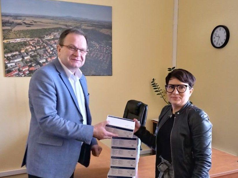 Burmistrz miasta Paweł Ozga  przekazał maseczki ochronne