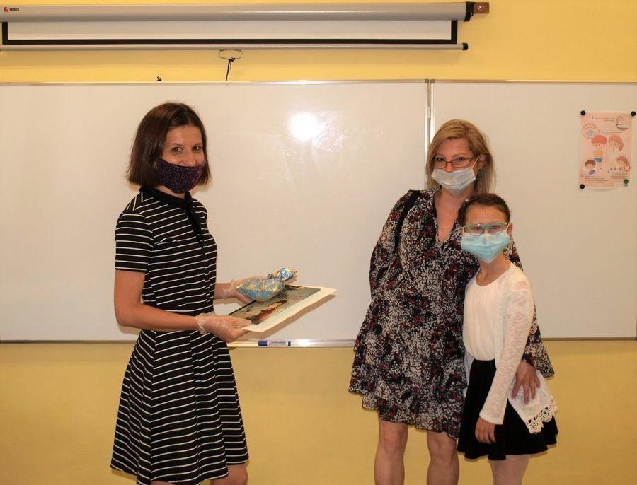 Zdjęcie z zakończenia roku szkolnego. Nauczycielka i uczennica z mamą.