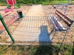 Zniszczono ogrodzenie przy placu zabaw