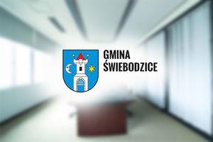 Herb miasta Świebodzice na tle szaro niebieskim