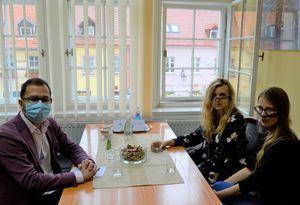 Na zdjęciu widać 3 osoby siedzące przy stole: z lewej strony zastępca burmistrza miasta Tobiasz Wysoczański, z prawej strony siedzące obok siebie założycielki Centrum Edukacji Gerontologicznej: Olga Oskierko i Marta Prucnal.