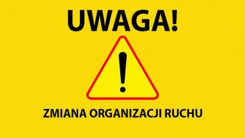 Prostokąt, żółte tło. Na górze napis UWAGA!. Pod nim trójkątny znak inne niebezpieczeństwa, na dole napis zmiana organizacji ruchu.