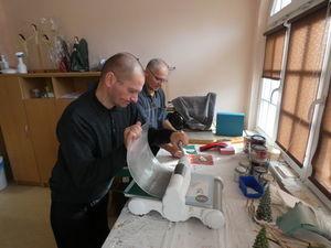 Zdjęcie dwóch mężczyzn na zajęciach praktycznych w Środowiskowym Domu Samopomocy