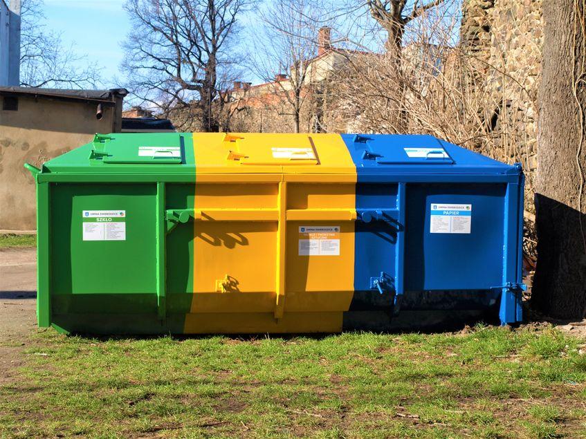 Trójkolorowy pojemnik na odpady do selektywnej zbiórki.
