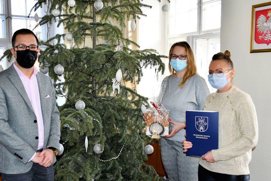 Zastępca burmistrza miasta Tobiasz Wysoczański wręcza nagrodę na I miejsce.