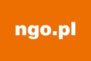 Logo ngo w prostokącie o pomarańczowym tle
