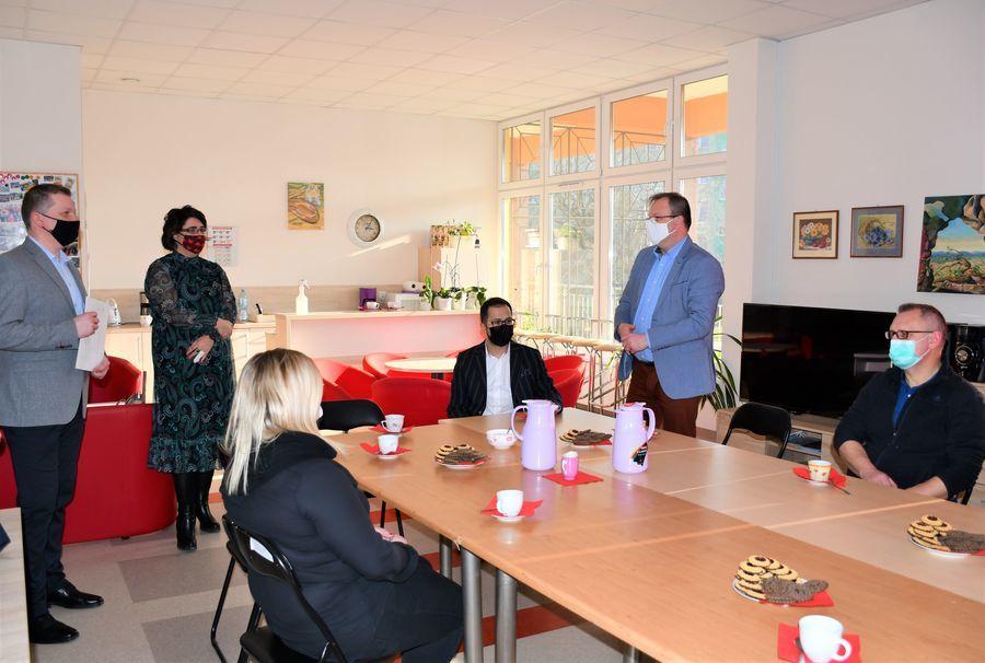 Na zdjęciu znajduje się uczestnicy spotkania w pomieszczeniu Klubu Seniora.