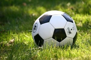 piłka na trawniku