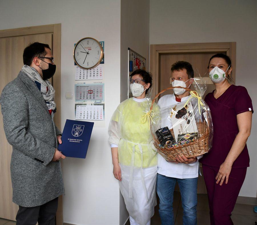 Zastępca Burmistrza Miasta Tobiasz Wysoczański z wizytą w SALMED Przychodni Specjalistycznej w Świebodzicach.