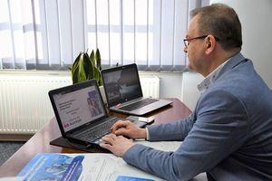 Burmistrz Miasta siedzący przed włączonym laptopem