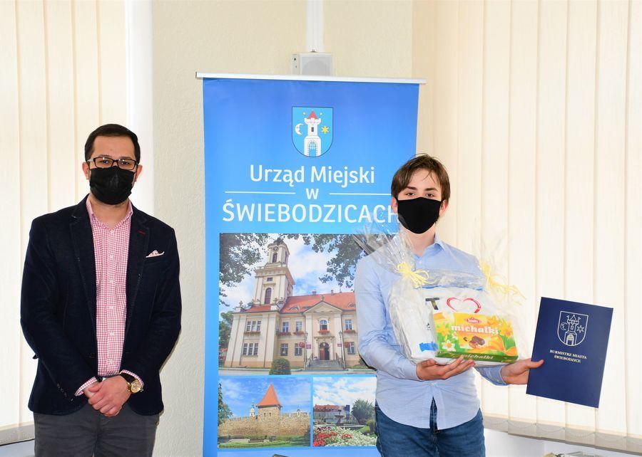 Zastępca burmistrza miasta ze zwycięzcą konkursu
