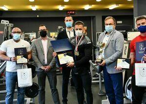 Uczestnicy spotkania z Mistrzem Polski w kulturystyce. 6 osób stojących obok siebie.