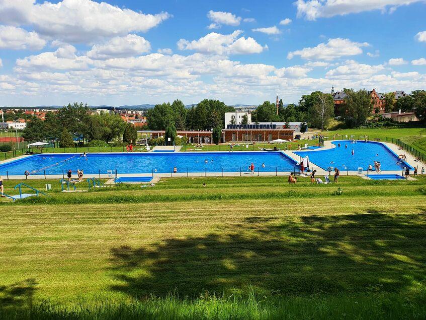 Poziome zdjęcie panorama przedstawiająca basen odkryty w Świebodzicach