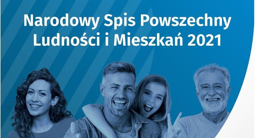 Narodowy Spis Powszechny Ludności i Mieszkań 2021. Poziomy prostokąt z niebieskim tłem i białym napisem, na zdjęciu widoczne cztery osoby.