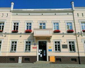 Zdjęcie przedstawia wejście do Urzędu Miejskiego od strony ul. Żeromskiego.
