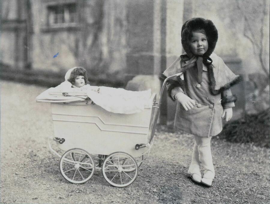Beatrice Maria Luise Margarethe, hrabianka von Hochberg-Pless czarnobiała fotografia z dzieciństwa.