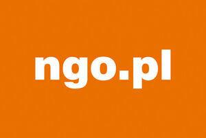 Napis ngo.pl na pomarańczowym tle