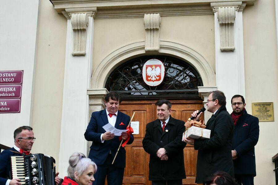 Burmistrz Miasta Paweł Ozga przekazuje Prezesowi PZERII Aleksandrowi Jermakowowi klucz do symbolicznych bram miasta.
