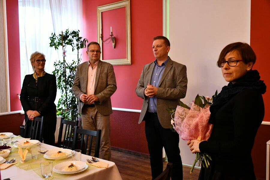 Na zdjęciu widnieją od lewej: Sekretarz Miasta, Burmistrz Miasta, Dyrektor Ośrodka Pomocy Społecznej oraz Prezes polskiego Związku Niewidomych.
