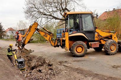 Trwają prace przy budowie kanalizacji w Kalnie