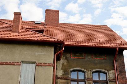 Budynek przy ul. Mickiewicza 12 z wyremontowanym dachem