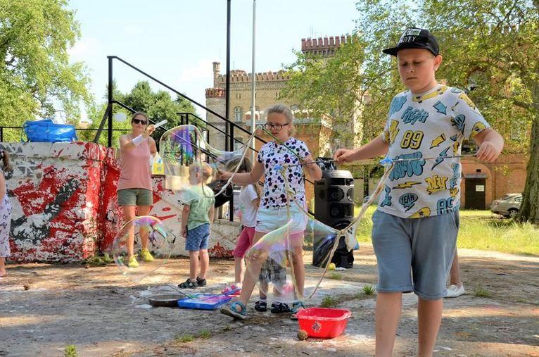 Lato przy trzepaku w Żarowie. Wakacje z GCKiS