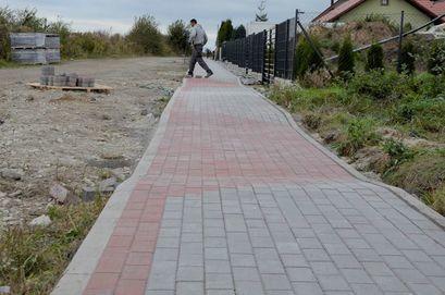 Zakończyła się budowa chodnika przy ul. Henryka Pobożnego w Żarowie