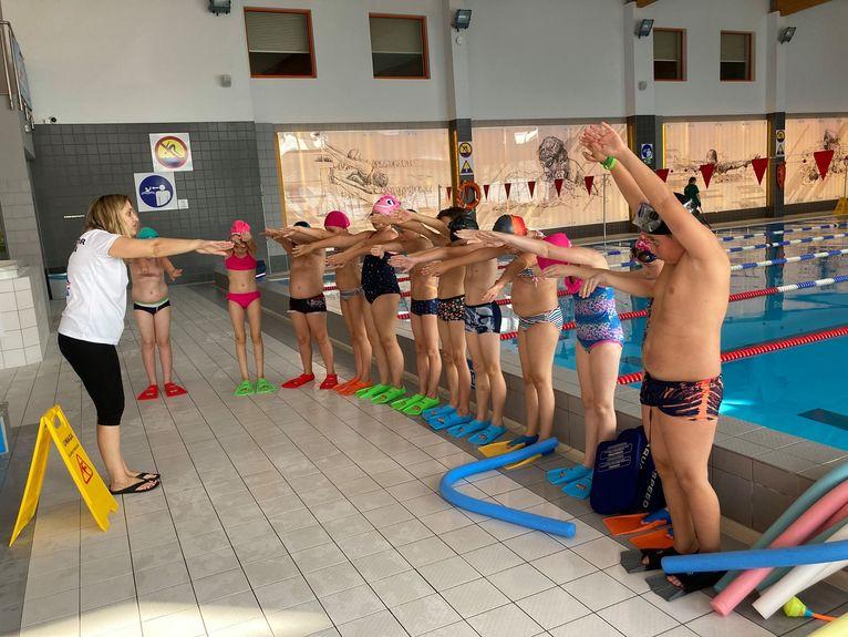 """Uczniowie uczą się pływać w ramach projektu """"Umiem pływać"""""""