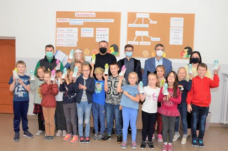 Ekologiczne butelki trafiły do uczniów