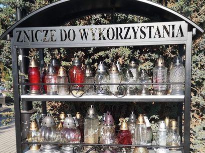 Na cmentarzu w Żarowie stanęły regały na znicze