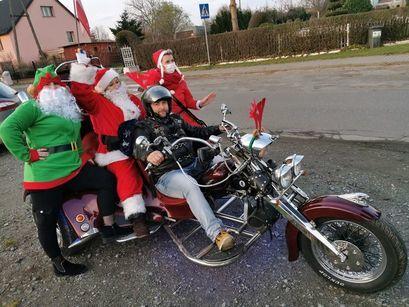 Mikołaj przesiadł się na motocykl i rozdawał dzieciom prezenty