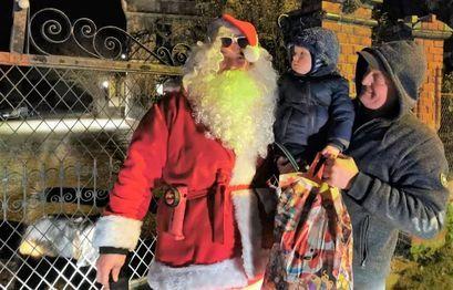 Święty Mikołaj przyjechał do Pożarzyska wozem strażackim